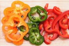 Paprika de couleur sur le panneau de découpage Image libre de droits