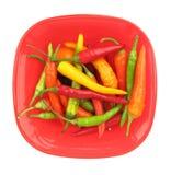 Paprika de las pimientas de chile en plato rojo Imagen de archivo