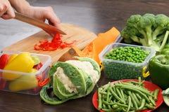 Paprika del corte del cocinero para cocinar Acción para arriba en la comida del invierno Imágenes de archivo libres de regalías