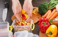 Paprika del corte del cocinero para cocinar Acción para arriba en la comida del invierno Imagen de archivo libre de regalías
