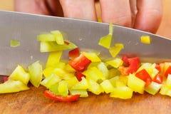 Paprika del corte del cocinero para cocinar Acción para arriba en la comida del invierno Fotografía de archivo