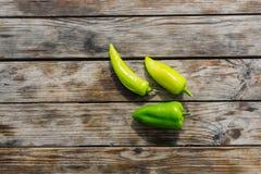 Paprika doce da pimenta verde em um fundo de madeira Fotos de Stock Royalty Free