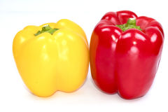 Paprika frais et x28 ; poivrons doux, peppers& x29 de cloche ; Poivrons rouges et jaunes sur un fond blanc Photo stock