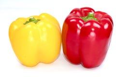 Paprika fresca y x28; pimientas dulces, peppers& x29 de la campana; Pimientas rojas, amarillas en un fondo blanco Foto de archivo