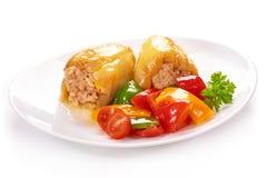 Paprika frit avec de la viande d'un plat blanc et d'un fond noir Photographie stock libre de droits