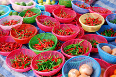 Paprika im Korb im Frischmarkt Stockfotografie