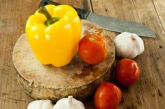 Paprika jaune sur une planche à découper pour la nourriture Photographie stock libre de droits