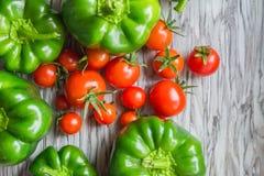 Paprika, Kirschtomaten auf einer Tabelle, Gemüse von einem Gemüsegarten Beschneidungspfad eingeschlossen Lizenzfreies Stockbild