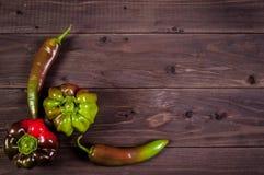 Paprika multicolorido com pimentas em um fundo de madeira Fotos de Stock Royalty Free