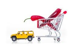 A paprika no carrinho de compras puxou pelo carro isolado no backgro branco Fotografia de Stock