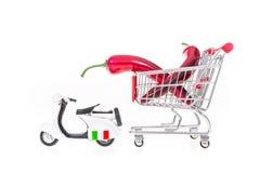 A paprika no carrinho de compras puxou pelo 'trotinette' em Itália isolou-se sobre Foto de Stock Royalty Free