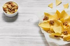Paprika Potato Chips på lantlig bakgrund Royaltyfria Foton