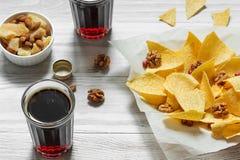 Paprika Potato Chips sur le fond rustique Photographie stock libre de droits