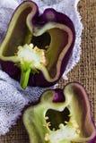 Paprika pourpre, tequila de poivron doux, an de poivron, morceaux coupés, sur un fond de textile avec l'espace de copie Photo libre de droits