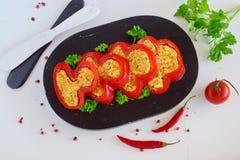 Paprika rellena con la mezcla de zanahoria, queso, ajo, yogur Imagenes de archivo