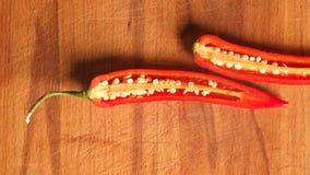 Paprika rojo tajado en tabla de cortar comida roja fresca sana de la pimienta del pimiento almacen de video