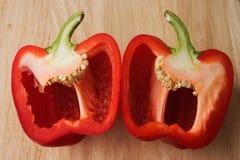 Paprika rouge divisé en deux Photographie stock