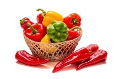 Paprika rouge, jaune et vert sur un fond blanc photos libres de droits