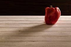 Paprika rouge sur une table en bois Image stock
