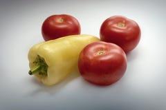Paprika, Tomaten, grauer Hintergrund, Tischschmuck Lizenzfreie Stockbilder