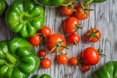 Paprika, tomates-cerises sur une table, légumes d'un potager Vue supérieure Images stock
