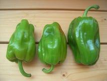 Paprika verde fresca y madura en la superficie de madera Foto de archivo