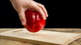 Paprika vermelha de giro na placa de corte de madeira vídeos de arquivo