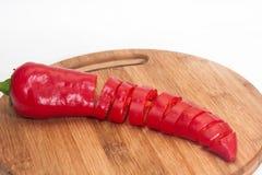 Paprika vermelha desbastada em uma placa de madeira da cozinha Imagem de Stock Royalty Free