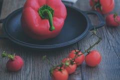 Paprika vermelha doce com tomates de cereja Imagem de Stock