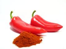 Paprika vermelhas e paprika à terra Fotos de Stock