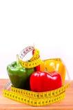Paprika y cinta métrica coloridas, concepto de la dieta Fotos de archivo libres de regalías
