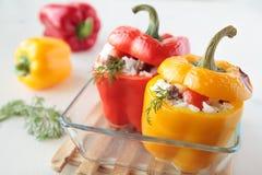 Paprika zwei angefüllt mit Reis, Fleisch Stockfotos