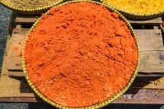Paprikaenergie und Gelbwurzpulver auf den Behältern im Markt Lizenzfreie Stockbilder