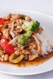Paprikamarmeladenhuhn-Acajounüsse mit Reis. Stockfoto