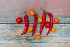Paprikapfeffer und -tomaten auf dem Holztisch lizenzfreie stockfotografie