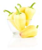 Paprikas amarillos frescos en el bol de vidrio aislado Imagen de archivo libre de regalías