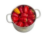 Paprikas bourrés dans le saucepot d'acier inoxydable sur le backgr léger Photographie stock libre de droits