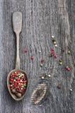 Paprikas de mélange coloré sur un conseil en bois Photos libres de droits