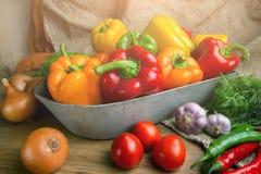Paprikas doux rouges, verts et jaunes sur la table, photographie stock libre de droits