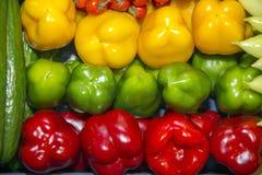 Paprikas dulces coloridos en el mercado al por menor para la venta Fotografía de archivo
