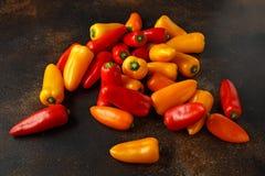 Paprikas dulces frescos del rojo, amarillos y anaranjados mini comida sana de la verdura cruda Fotografía de archivo