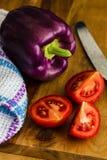 Paprikas et morceaux pourpres de tomate Photos stock