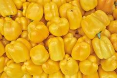 Paprikas jaunes colorés à vendre Image libre de droits