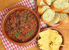 Paprikas mit Knoblauch-Brot und Tortilla-Chips Stockbild