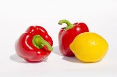 Paprikas rojas y limón amarillo. Foto de archivo libre de regalías
