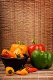 Paprikas rojos y anaranjados amarillos verdes Foto de archivo libre de regalías