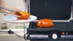 Paprikas rouges admirablement rôtis clip Préparation grillée de poivre Légumes de barbecue sur le gril Nourriture saine Photos libres de droits