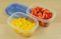 Paprikas rouges et jaunes coupés Image libre de droits