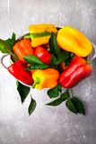 Paprikas rouges et jaunes dans le panier gris Légumes organiques sains Vue supérieure Photographie stock