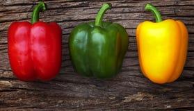 Paprikas rouges, jaunes et verts photo libre de droits